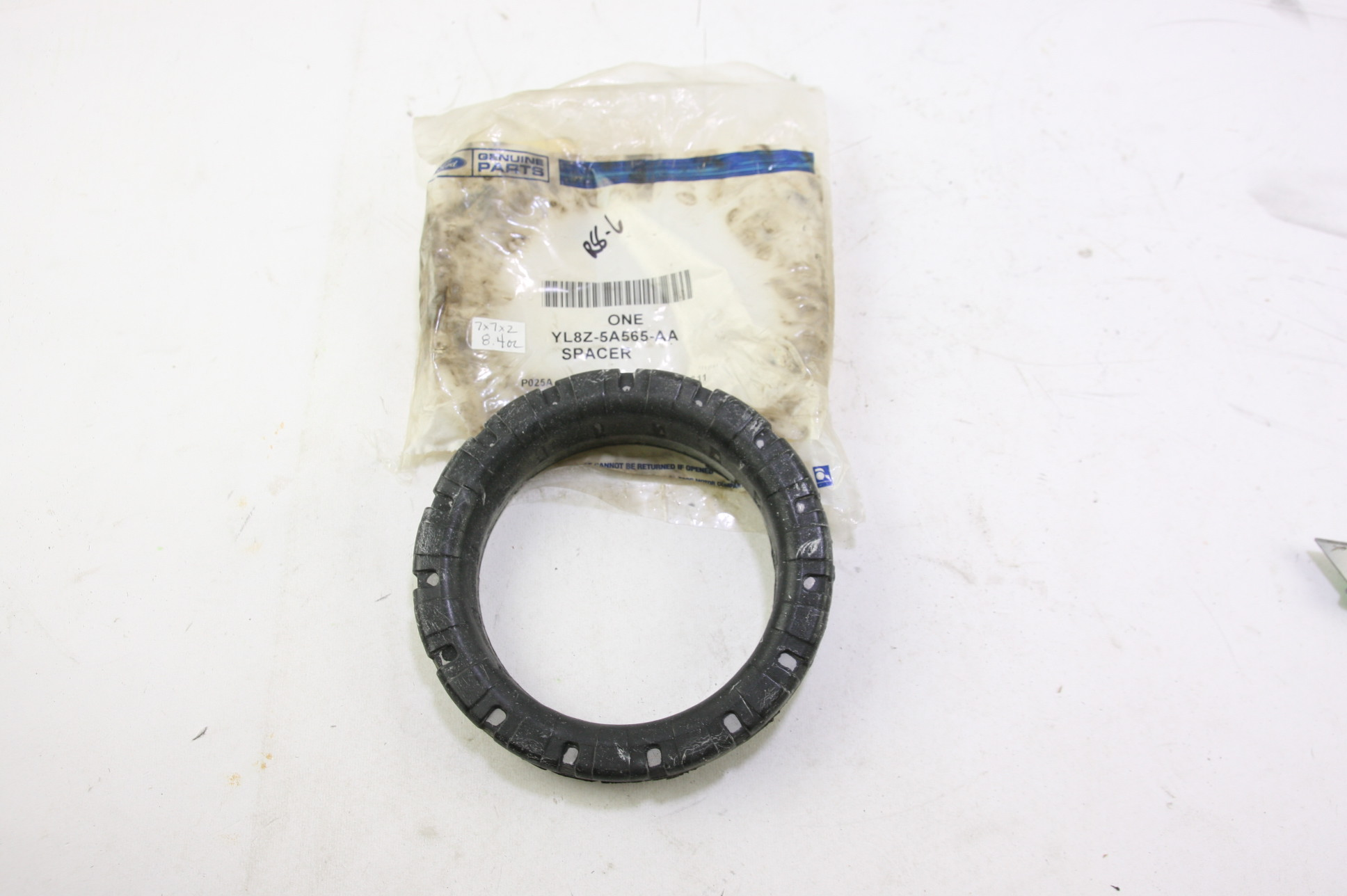 *~ New OEM YL8Z5A565AA Ford Rear Suspension Spring Insulator Free Shipping - image 1